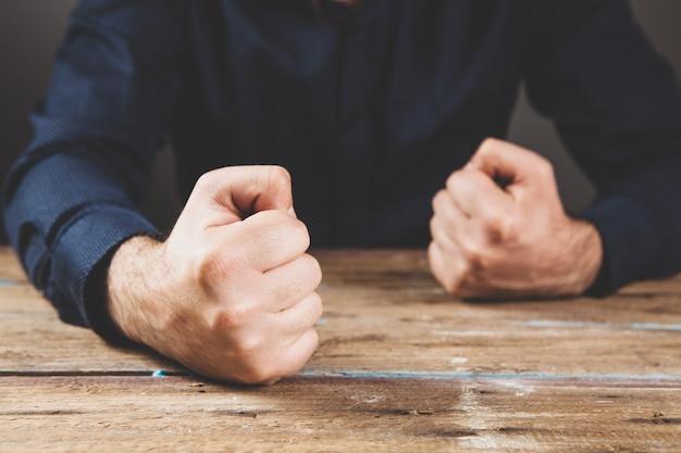 Frappe la table avec son poing