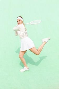 Frapper pose en match de tennis sur le terrain