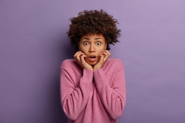 Freak out effrayé jeune femme ethnique se tient anxieux