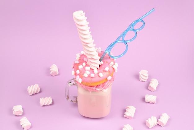 Freakshake à la fraise rose avec guimauve et bonbons.