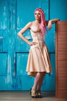 Freaky jeune mannequin portant corset