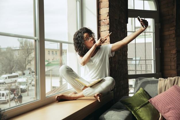 Freelance afro-américaine pendant le travail au bureau à domicile pendant la quarantaine