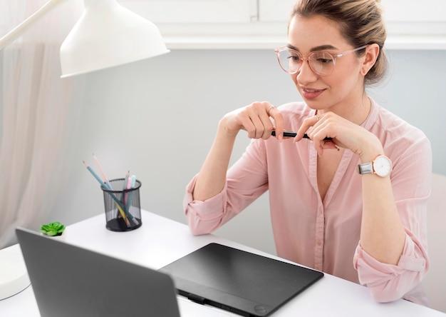 Freelance femme travaillant à domicile