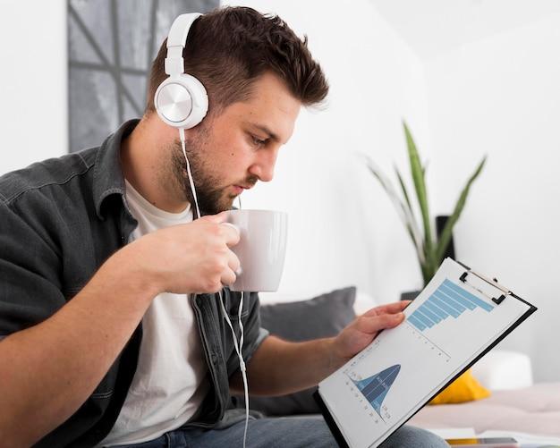 Freelance sideview travaillant à domicile