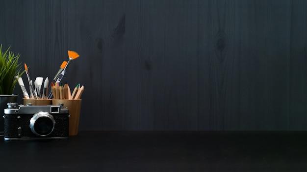 Freelancer ou blogger dark workspace avec appareil photo vintage