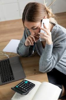 Freelancer coup moyen assis sur un bureau