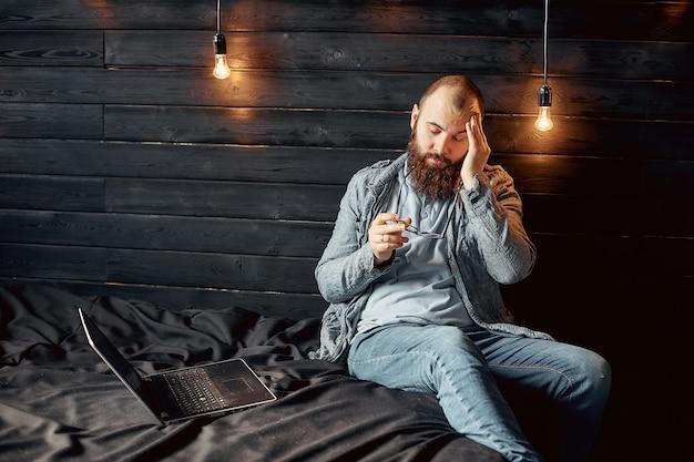 Freelancer homme fatigué avec mal de tête, surcharge de salaire
