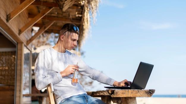 Freelancer travaillant à l'extérieur coup moyen