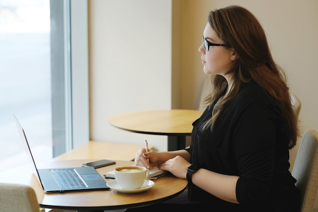 Freelancer travaillant sur ordinateur portable