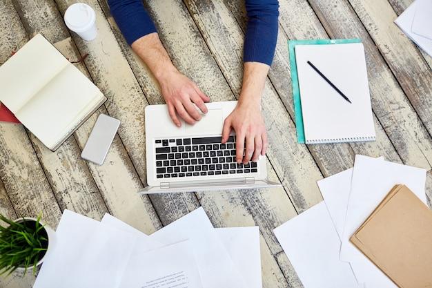 Freelancer travaillant sur le plancher