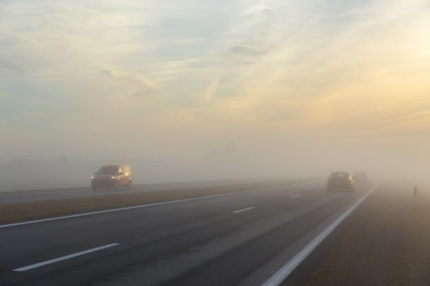 Freeway et une voiture dans le brouillard