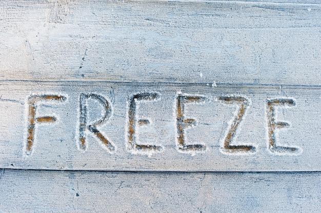 Freeze écrit sur un flor en bois avec des gelées
