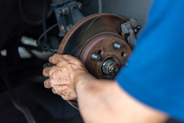 Frein à disque et plaquettes de frein en amiante au garage