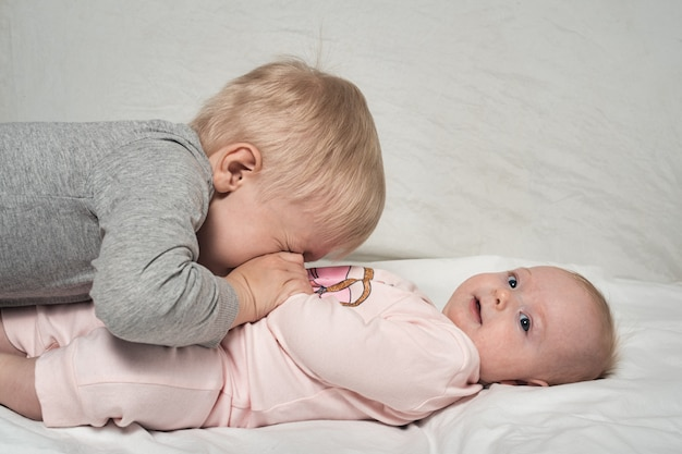 Frère aîné blond joue avec sa petite soeur