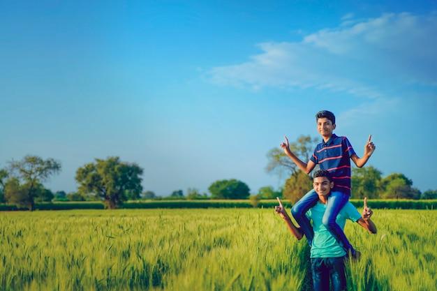 Frère ferroutage son petit frère dans le champ de blé