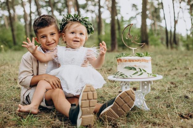 Frère avec petite soeur fête son premier anniversaire