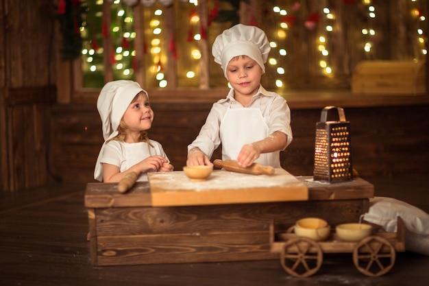 Frère et sœur au four, la pâte est déroulée