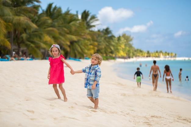 Frère soeur beach bonding holiday travel concept