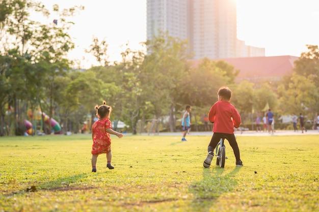 Un frère et une soeur chinois se détendent dans un parc