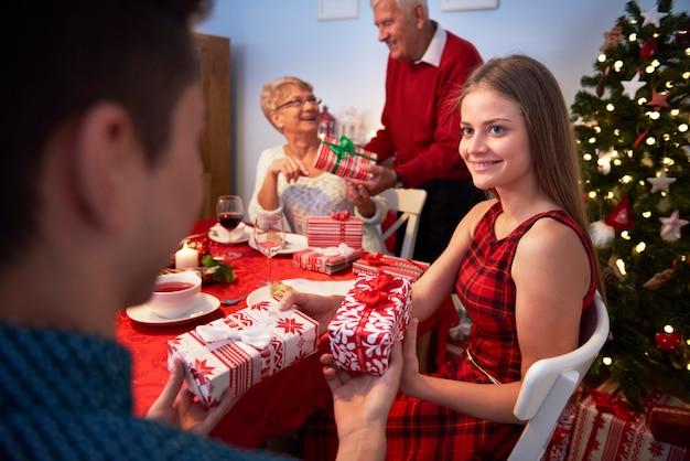 Frère et soeur échangeant des cadeaux de noël