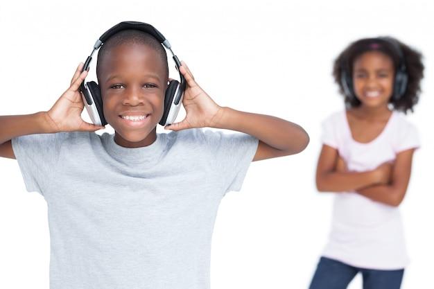 Frère et soeur écoutant de la musique