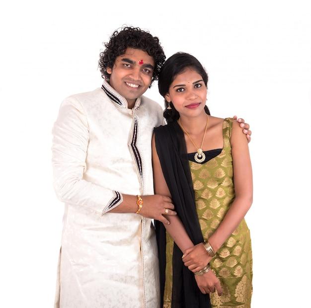 Frère et sœur indien appréciant et célébrant le festival raksha bandhan