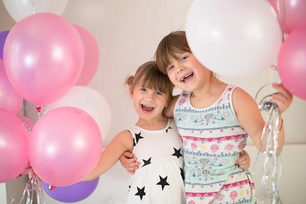 Frère et sœur jouant avec des ballons, concept enfance