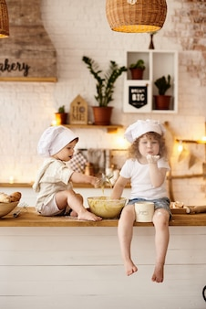 Frère et soeur jouant dans la cuisine