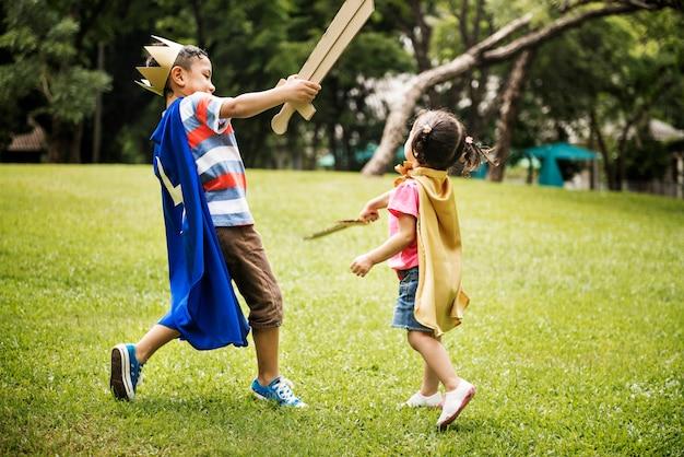 Frère et soeur jouant dans le parc