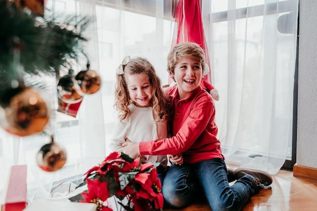 Frère et soeur jouant à la maison