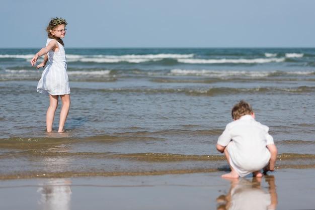 Frère et soeur profitant d'une plage