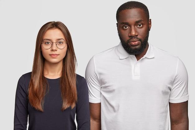 Frère et sœur de races différentes regardent sérieusement