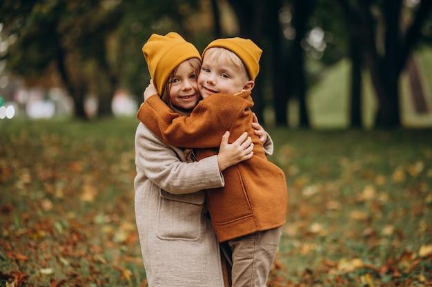 Frère et soeur s'amusant ensemble dans le parc