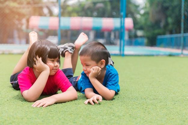 Frère et soeur s'amuser dans le parc