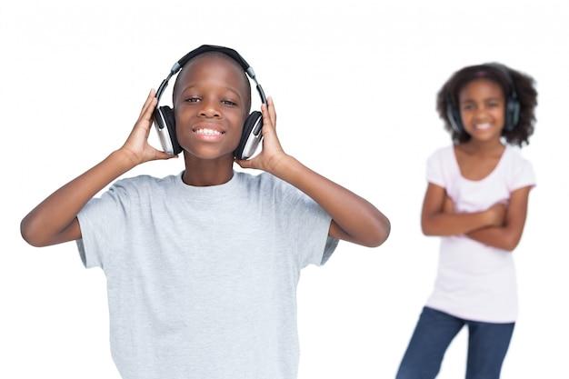 Frère et soeur utilisant des écouteurs