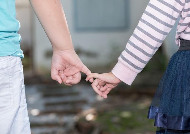 Frère et soeurs tenant la main dans la main