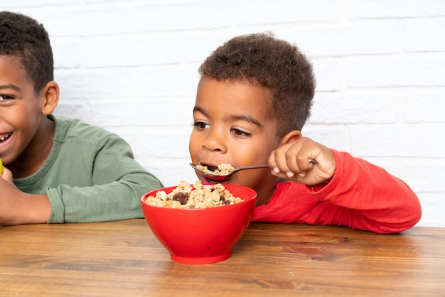 Frères afro-américains prenant son petit déjeuner