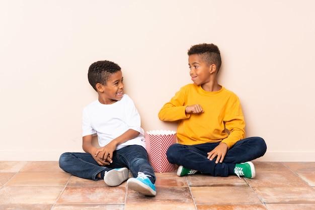 Frères afro-américains tenant des pop-corn