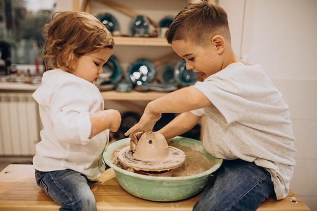 Frères à un cours de poterie ensemble