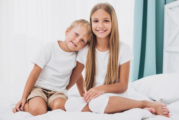 Frères et soeurs blondes regardant la caméra