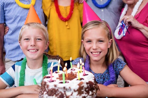 Frères et sœurs célébrant la fête d'anniversaire avec la famille