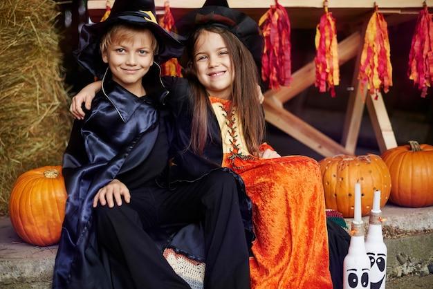 Frères et sœurs célébrant une grande fête d'halloween