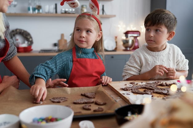 Frères et sœurs dans la cuisine à noël