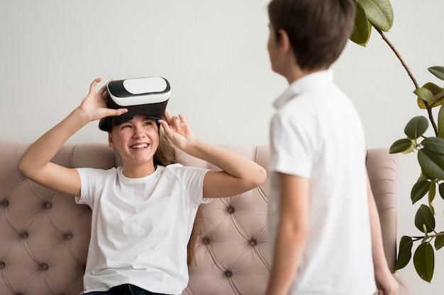 Frères et sœurs essayant un casque de réalité virtuelle