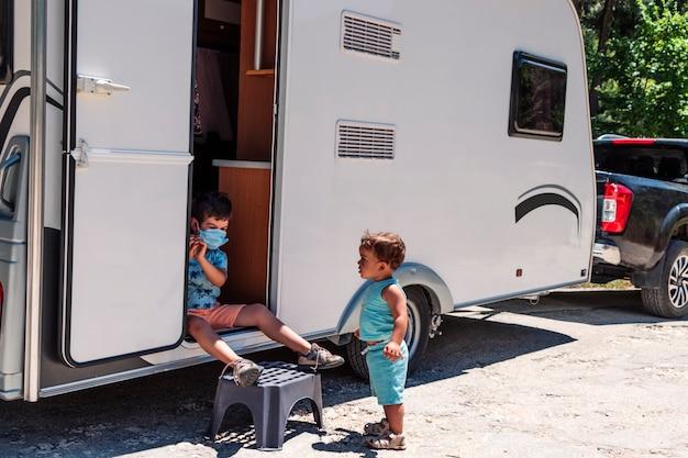 Des frères et sœurs heureux profitent de vacances en caravane