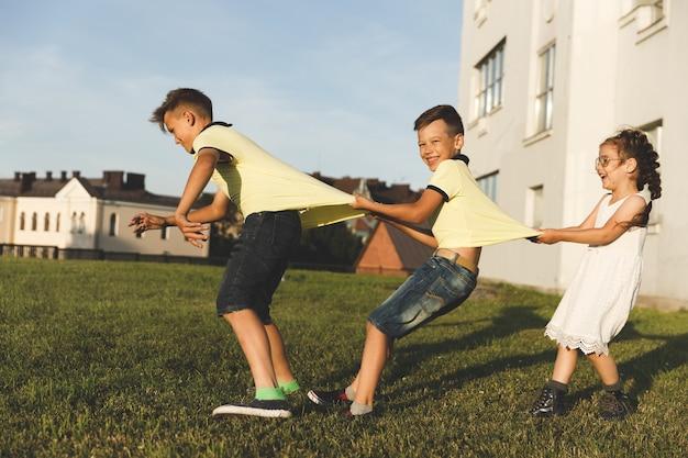 Frères et soeurs jouent dans la nature