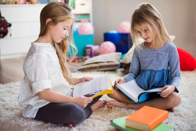 Frères et sœurs lisant leur conte de fées préféré