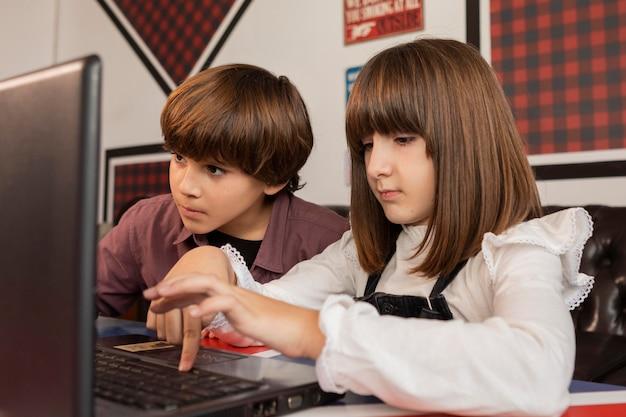 Frères et sœurs à la maison à l'aide d'un ordinateur portable