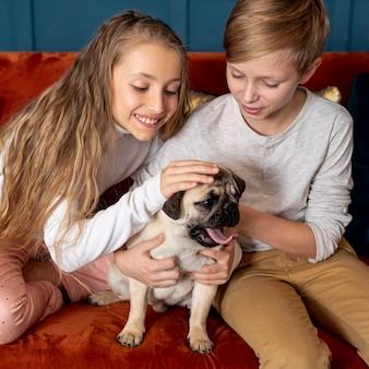 Frères et sœurs passant du temps avec leur chien