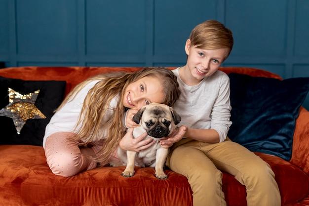 Frères et sœurs passent du temps avec leur adorable chien